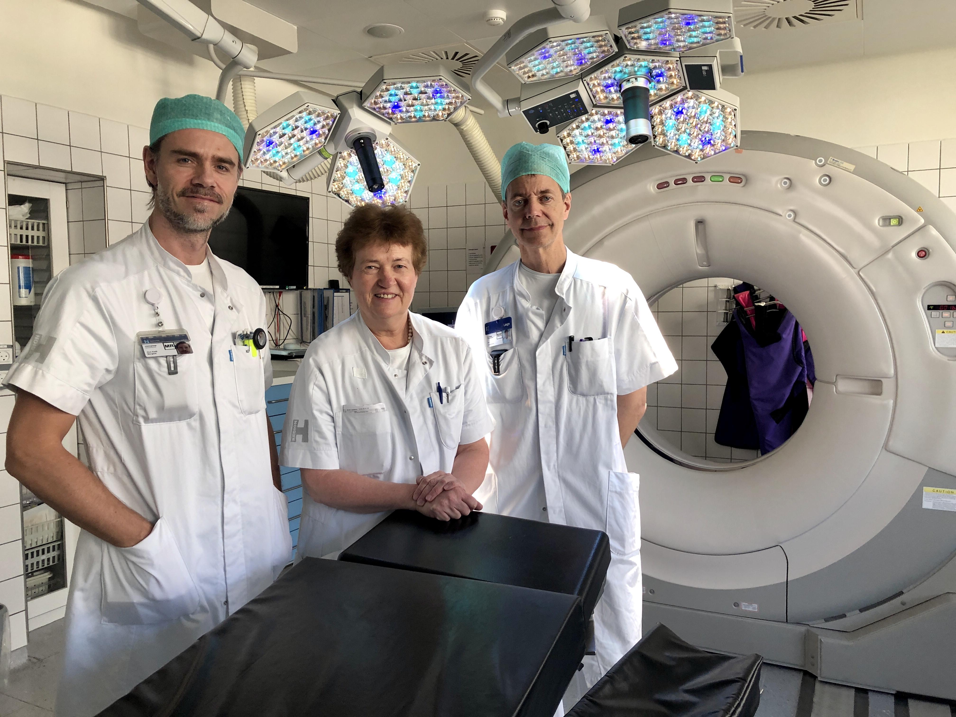 Ove Bergdal (t.v) Merete Karlsborg og Bo Jespersen laver i samarbejde hjerneoperationer mod Parkinsons Sygdom