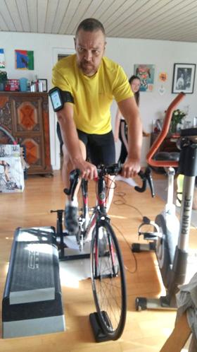 Kenneth træner hjemme i sin stue.
