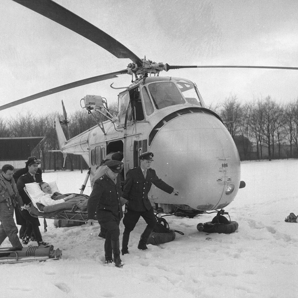 Marts 1958: Den første patienttransport med helikopter nogensinde ankommer til Fælledparken tæt på Rigshospitalet (Foto: Hakon Nielsen)