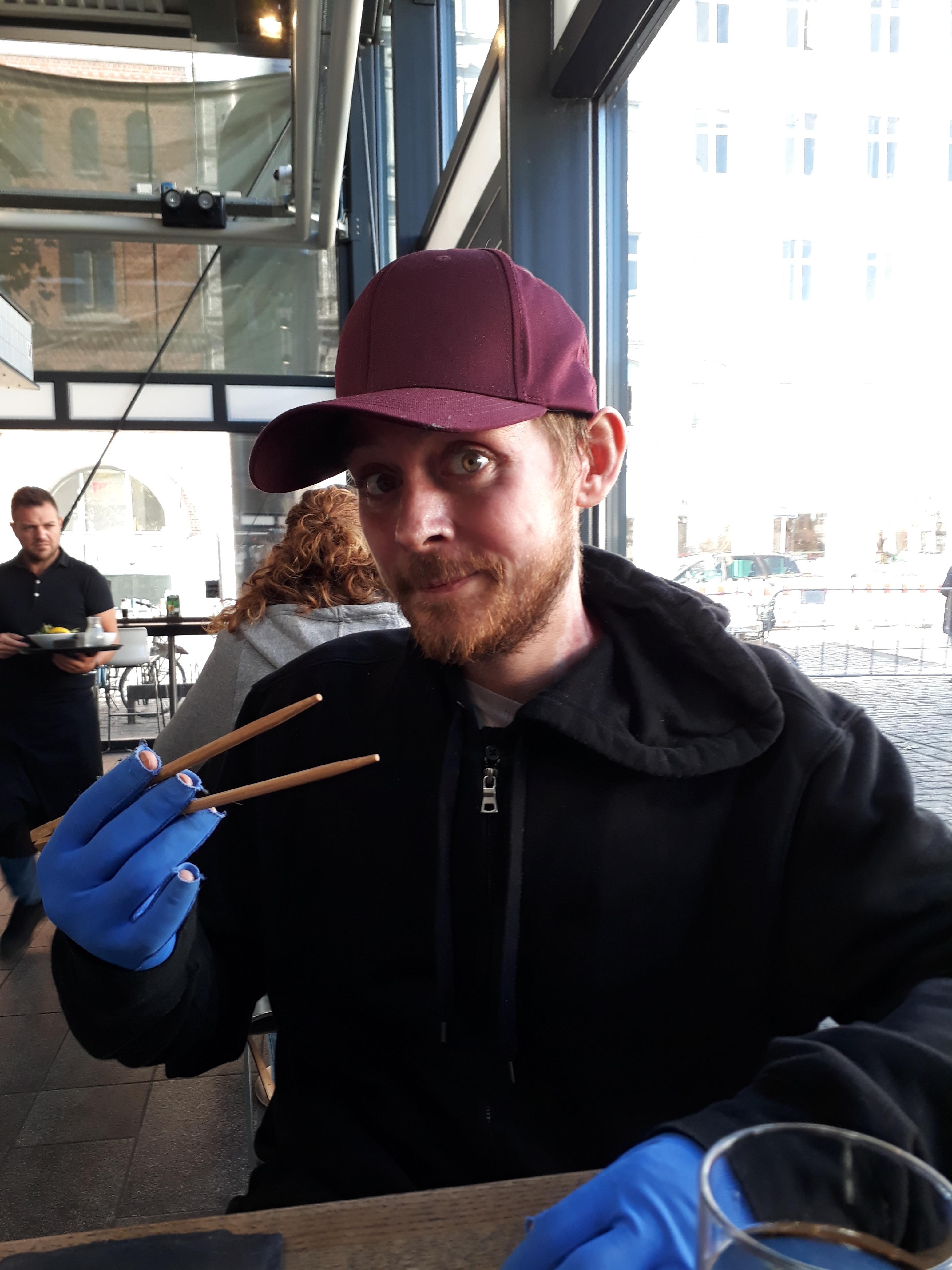 Jack ude at spise i Torvehallerne i København et par uger efter udskrivelsen (Foto: Beth Madsen).