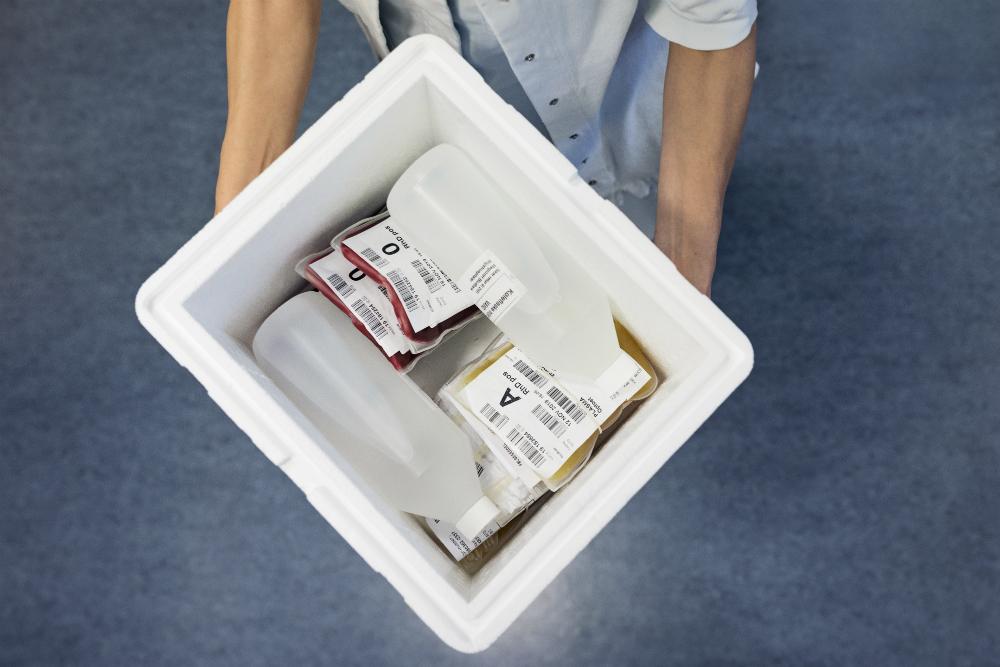 En blodpakke er gjort klar og sendt til Rigshospitalets TraumeCenter allerede inden, Lisa Ravndam ankommer.