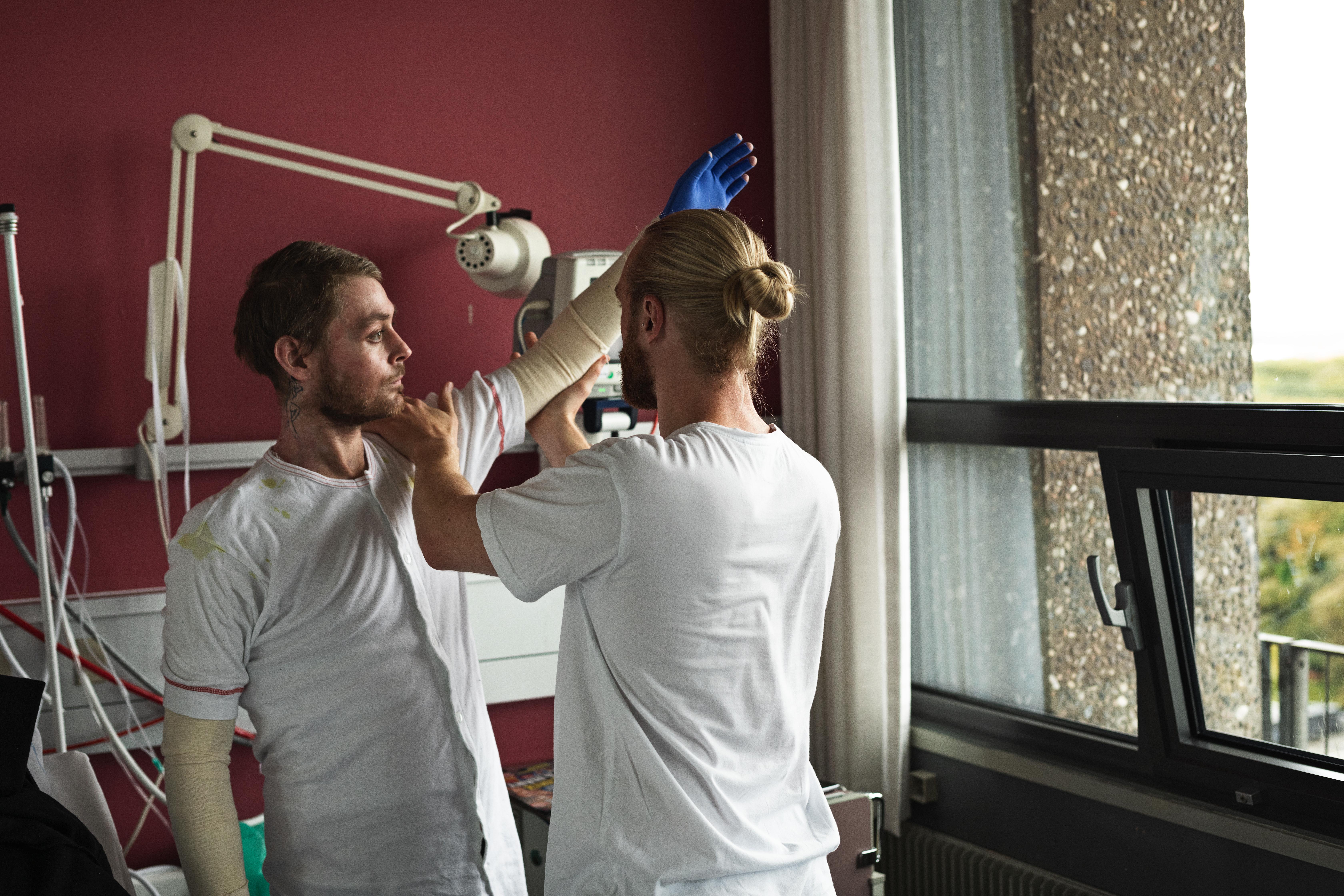 Fysioterapeut Nicklas Giver og Jack træner. (Foto: BuroJantzen).