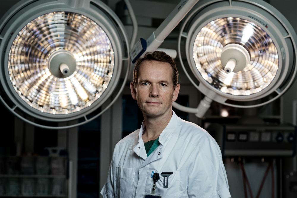 Overlæge og lægefaglig ansvarlig for Blødningsvagten, Jakob Stensballe, tjekker Lisa Ravndams blodværdier, mens hun er på operationsbordet.